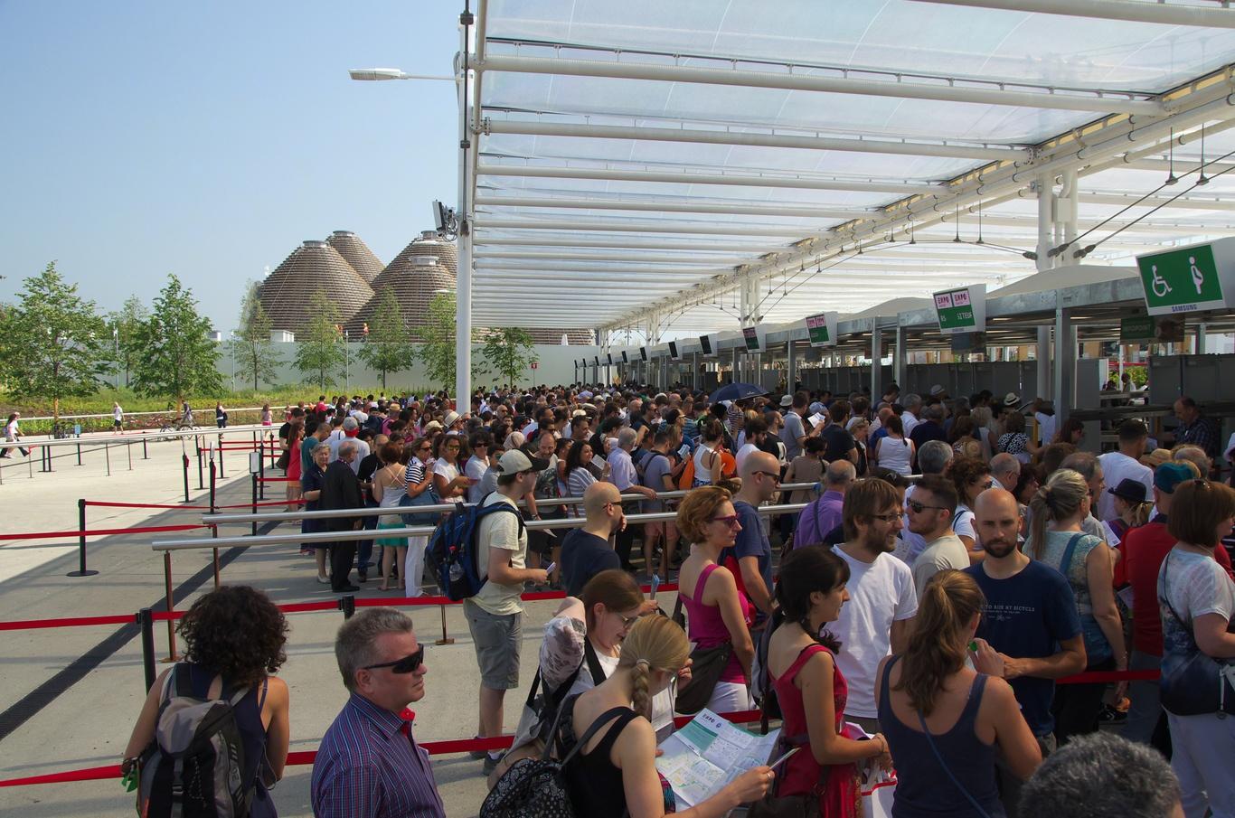 Fronta před vstupem, EXPO 2015