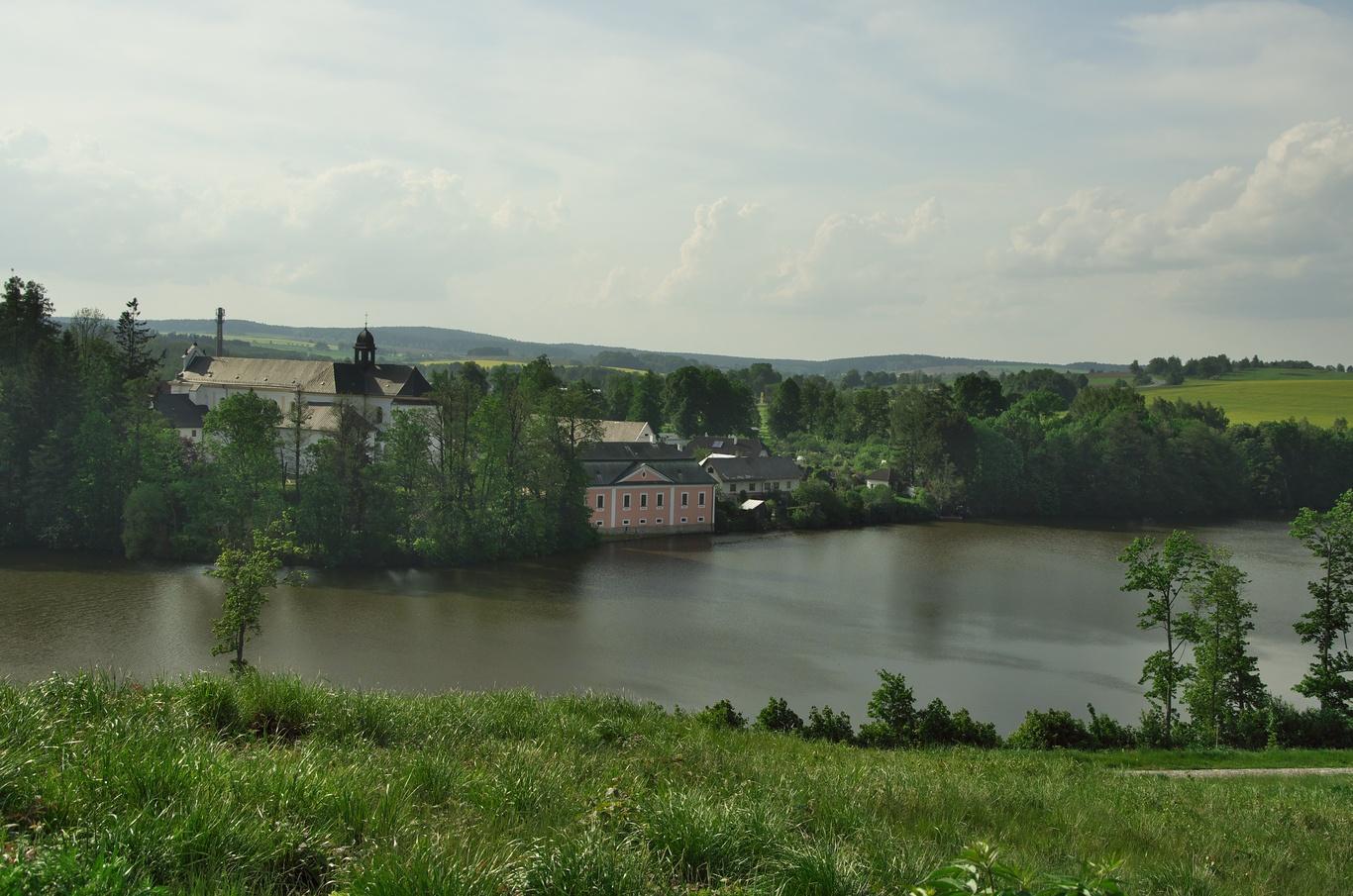 Pohled ze Zeleného hory na Konventský rybník a zámek