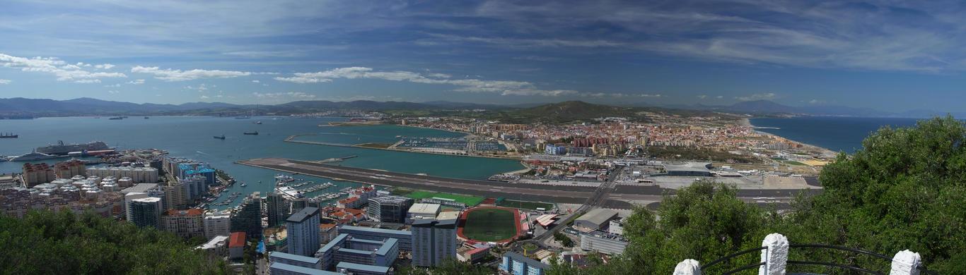 Vyhlídka u vstupu do Great Siege Tunnels. Pohled na letiště a španělskou La Líneu de la Concepción.