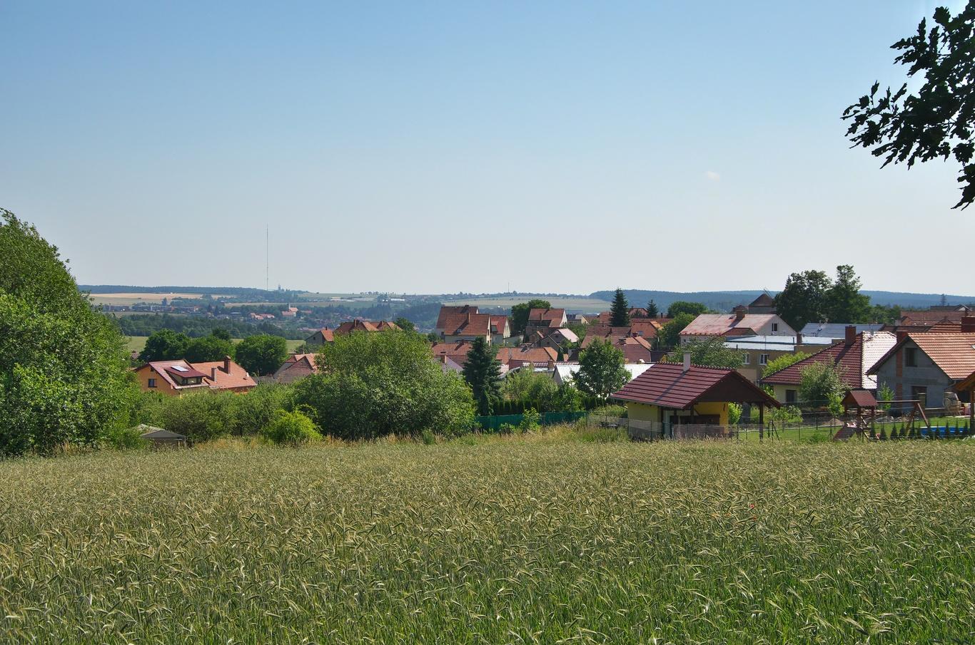 Rudice, ta tyčka v pozadí je vysílač Kojál - třetí nejvyšší stavba v ČR.
