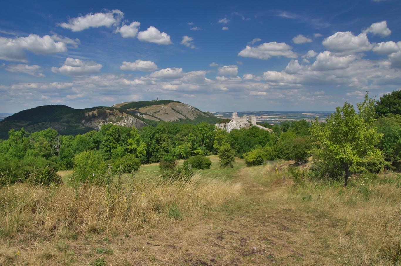 Pohled ze Stolové hory na Děvín a Sirotčí hrádek