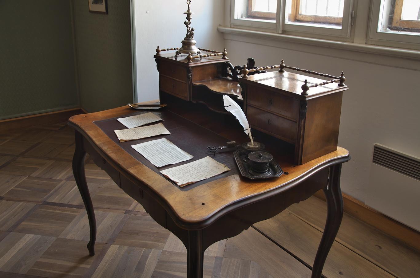 Psací stůl, jeden z předmětů patřících přímo Bedřichu Smetanovi