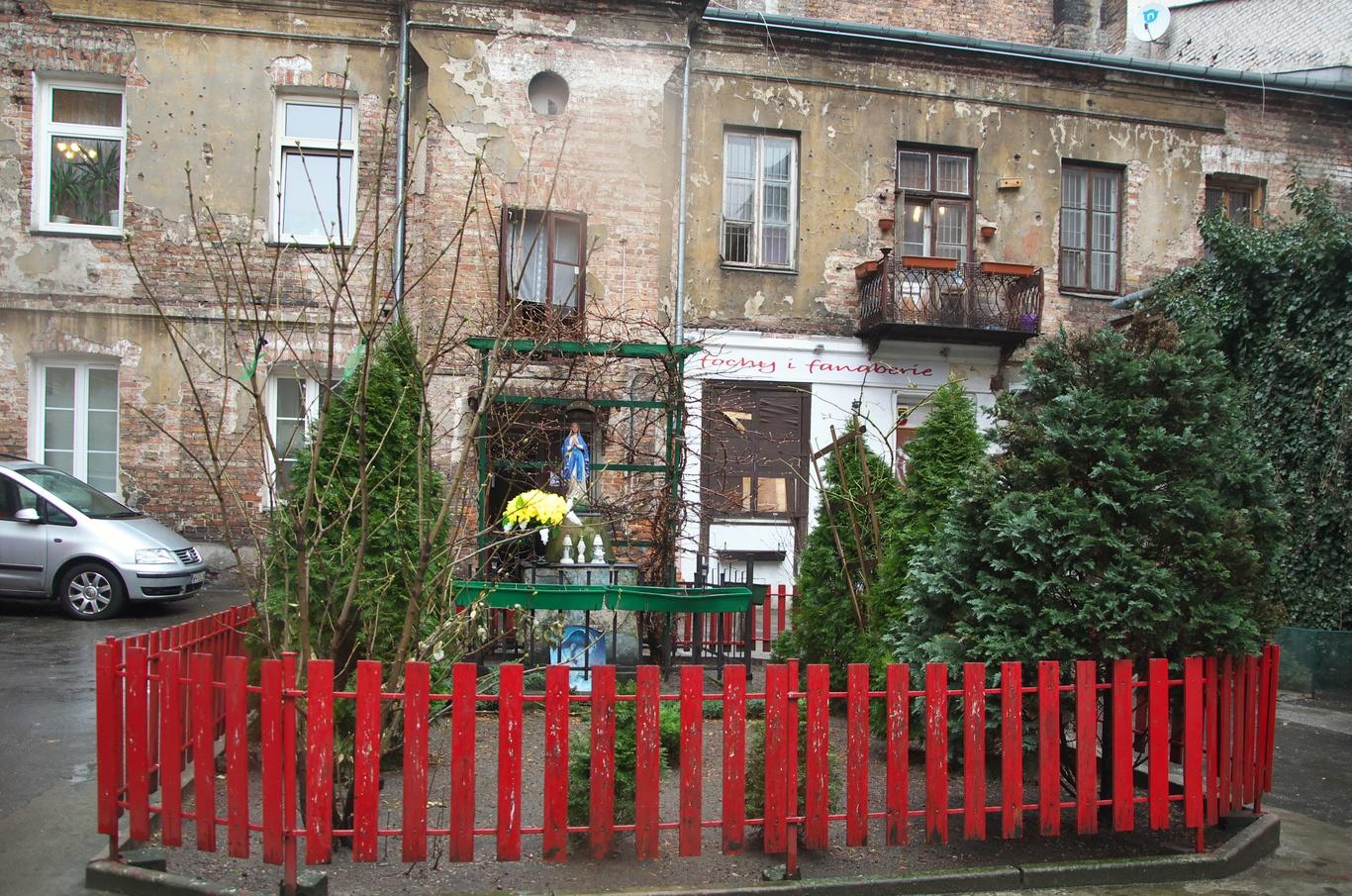Jeden ze dvorů v ulici Ząbkowska