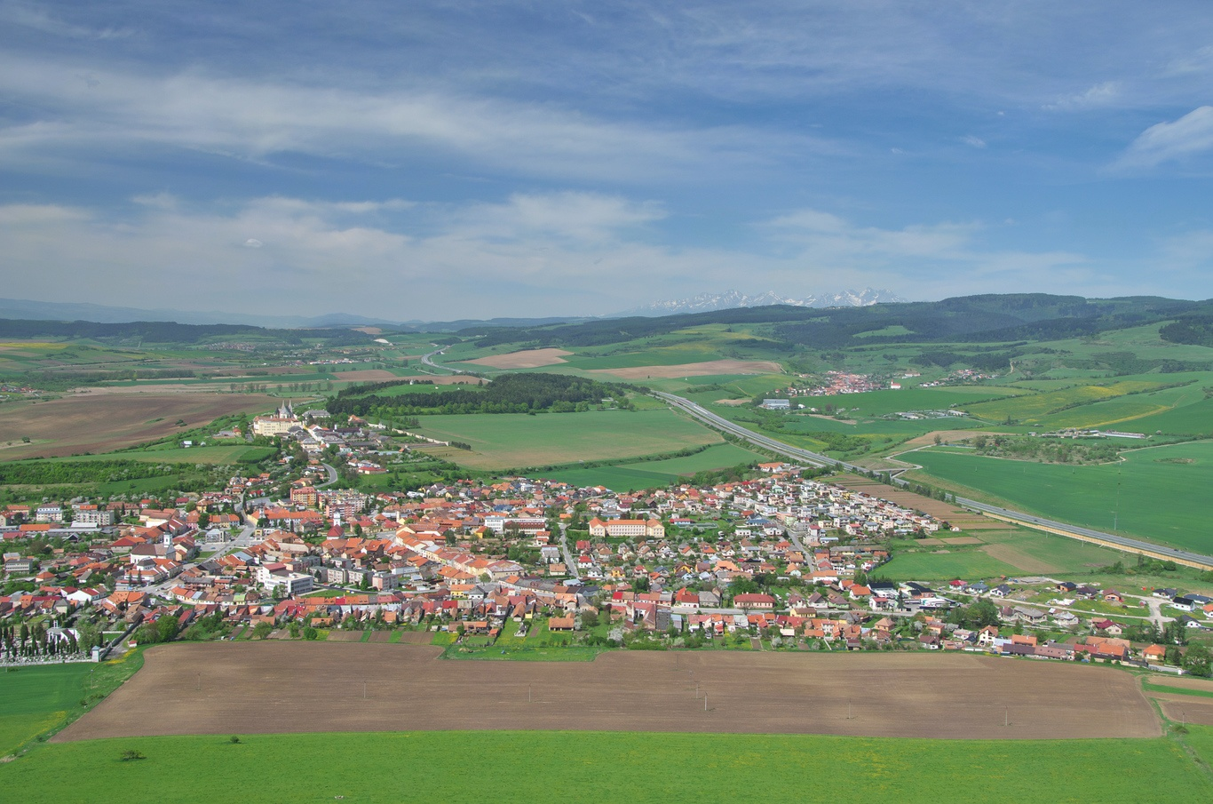 Spišský hrad - pohled na Spišské Podhradie, v pozadí Tatry