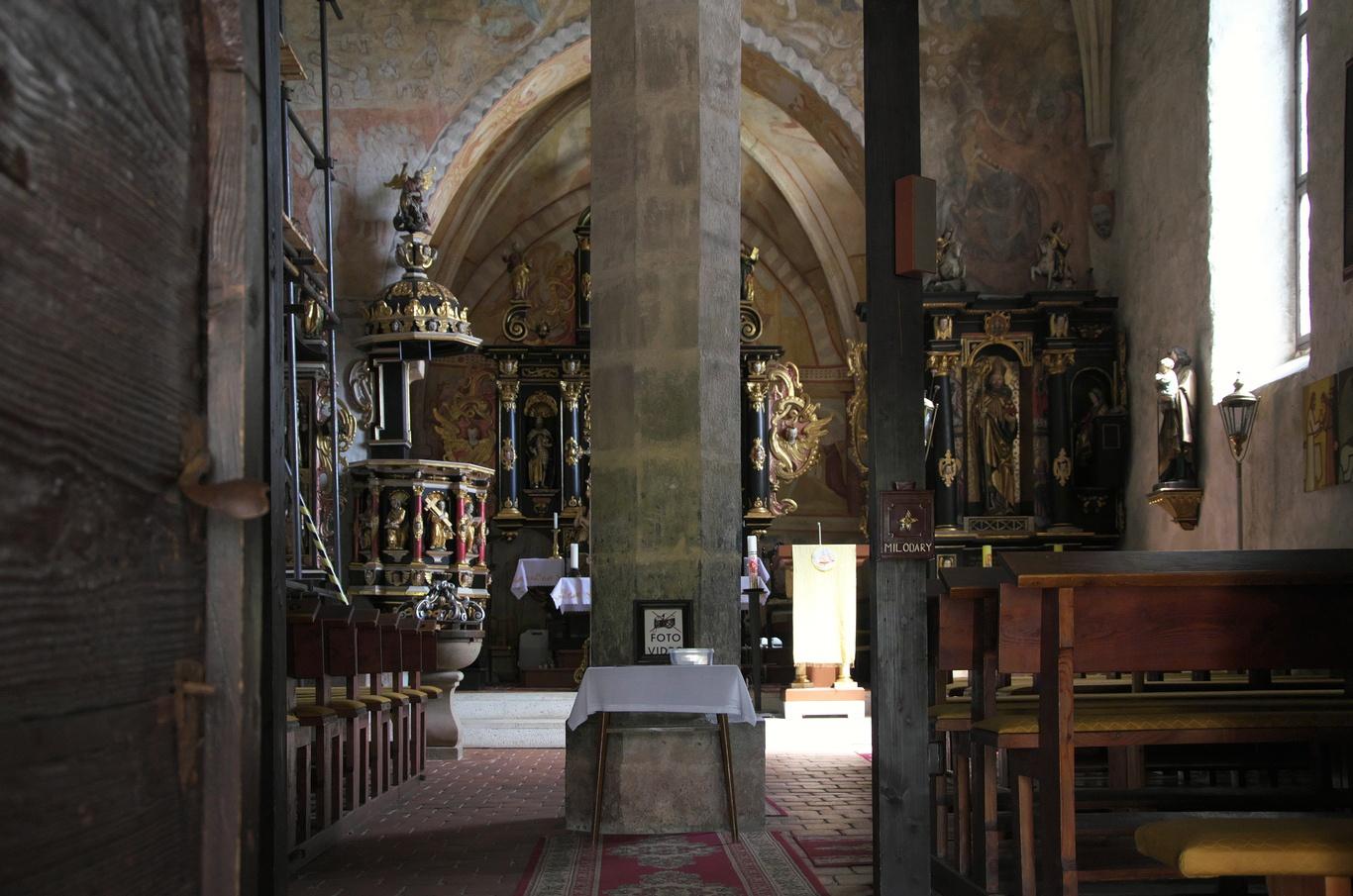 Žehra, interiér kostelu sv. Ducha zpoza mříže