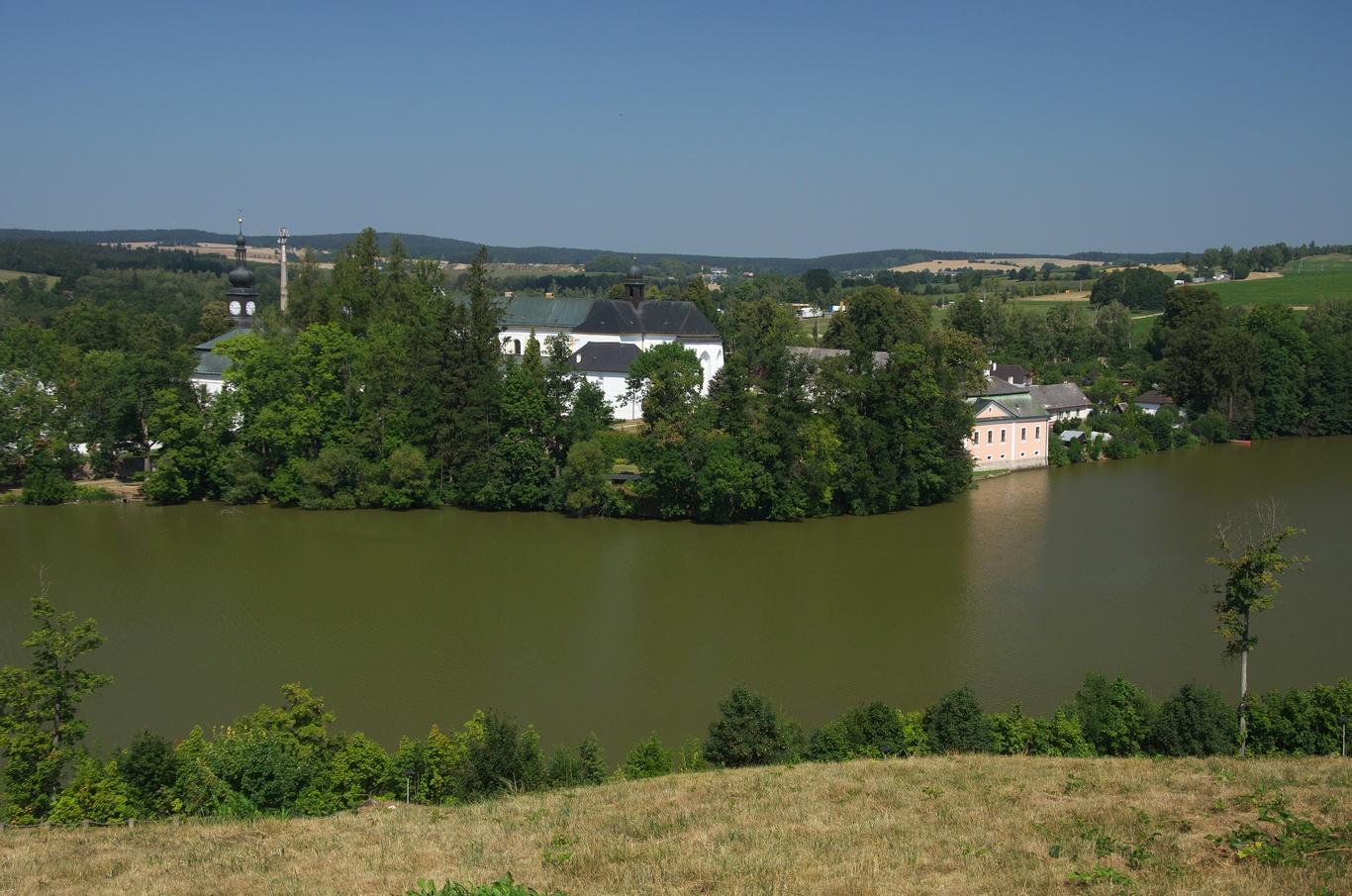 Pohled na zámek Žďár nad Sázavou ze Zelené hory