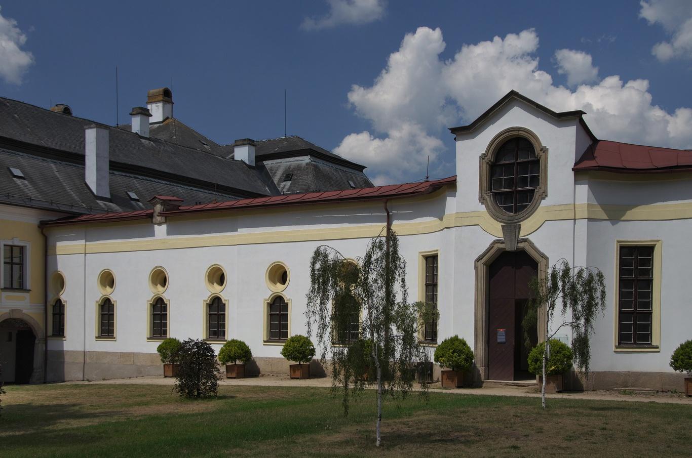 Zámek Žďár nad Sázavou, konírny - také pravděpodobně navrženy Santinim