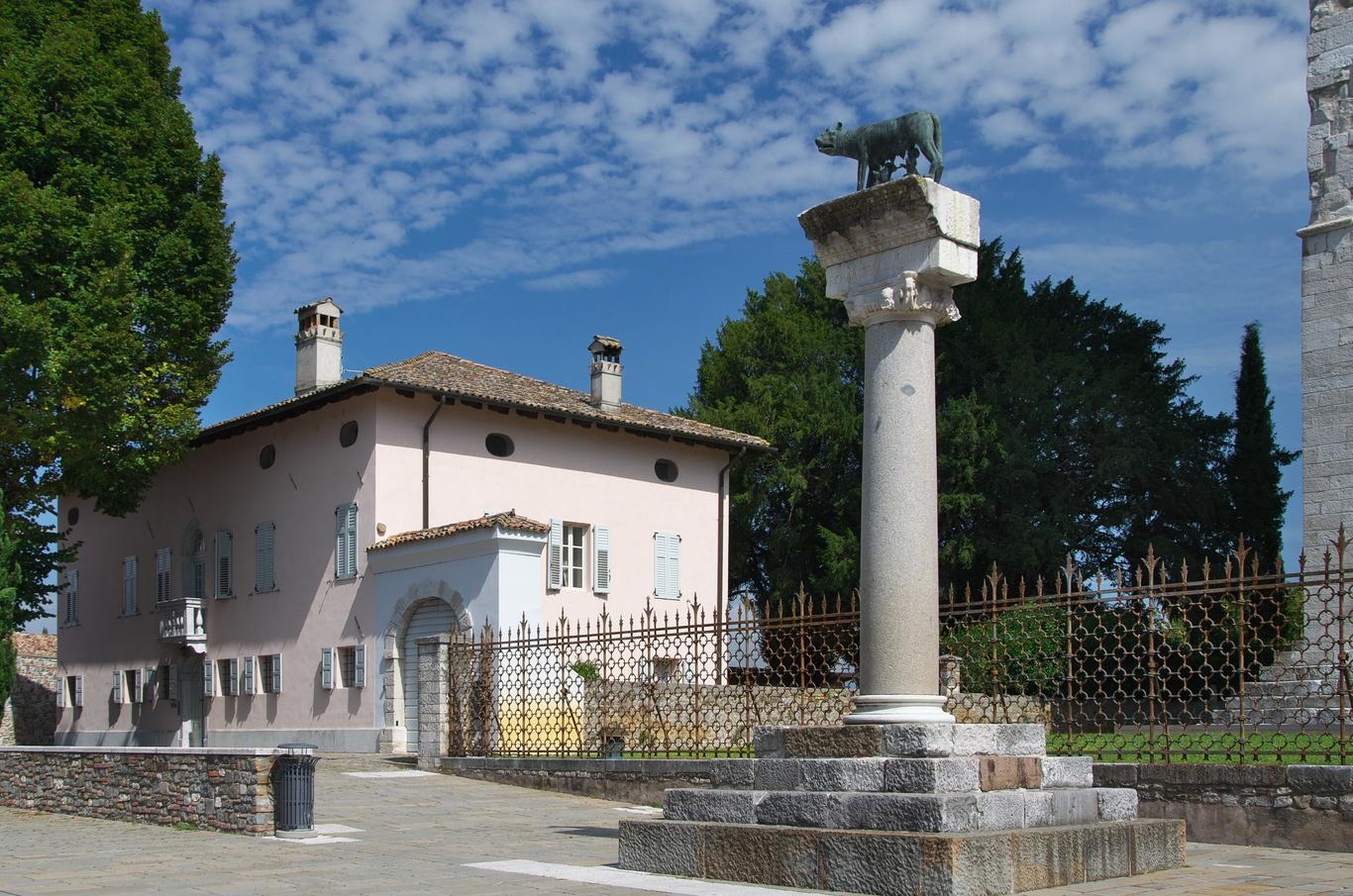 Aquileia, Piazza Capitolo