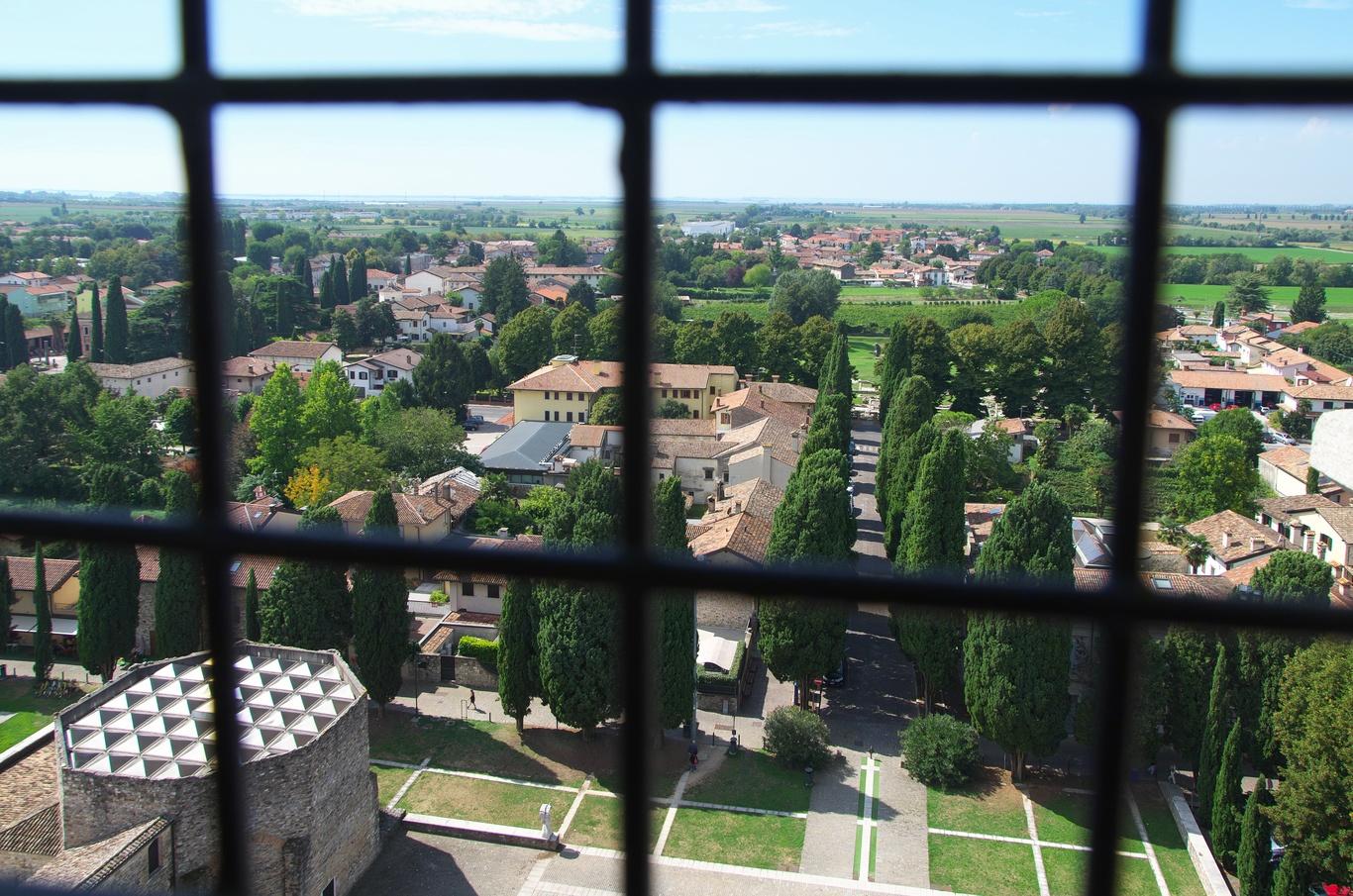 Aquileia, výhled ze zvonice (Campanile) trochu kazily mříže.