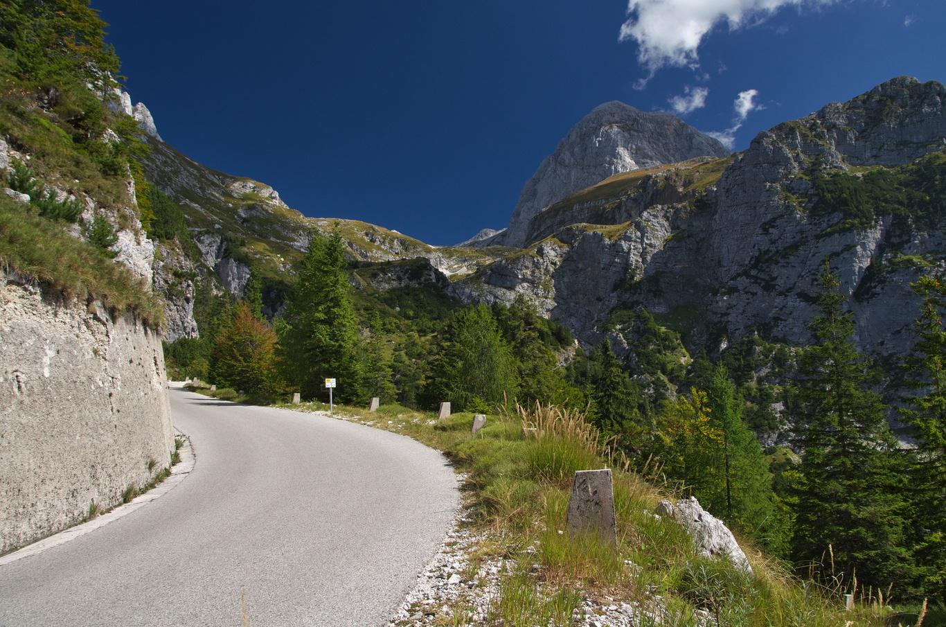 Cesta na Mangart