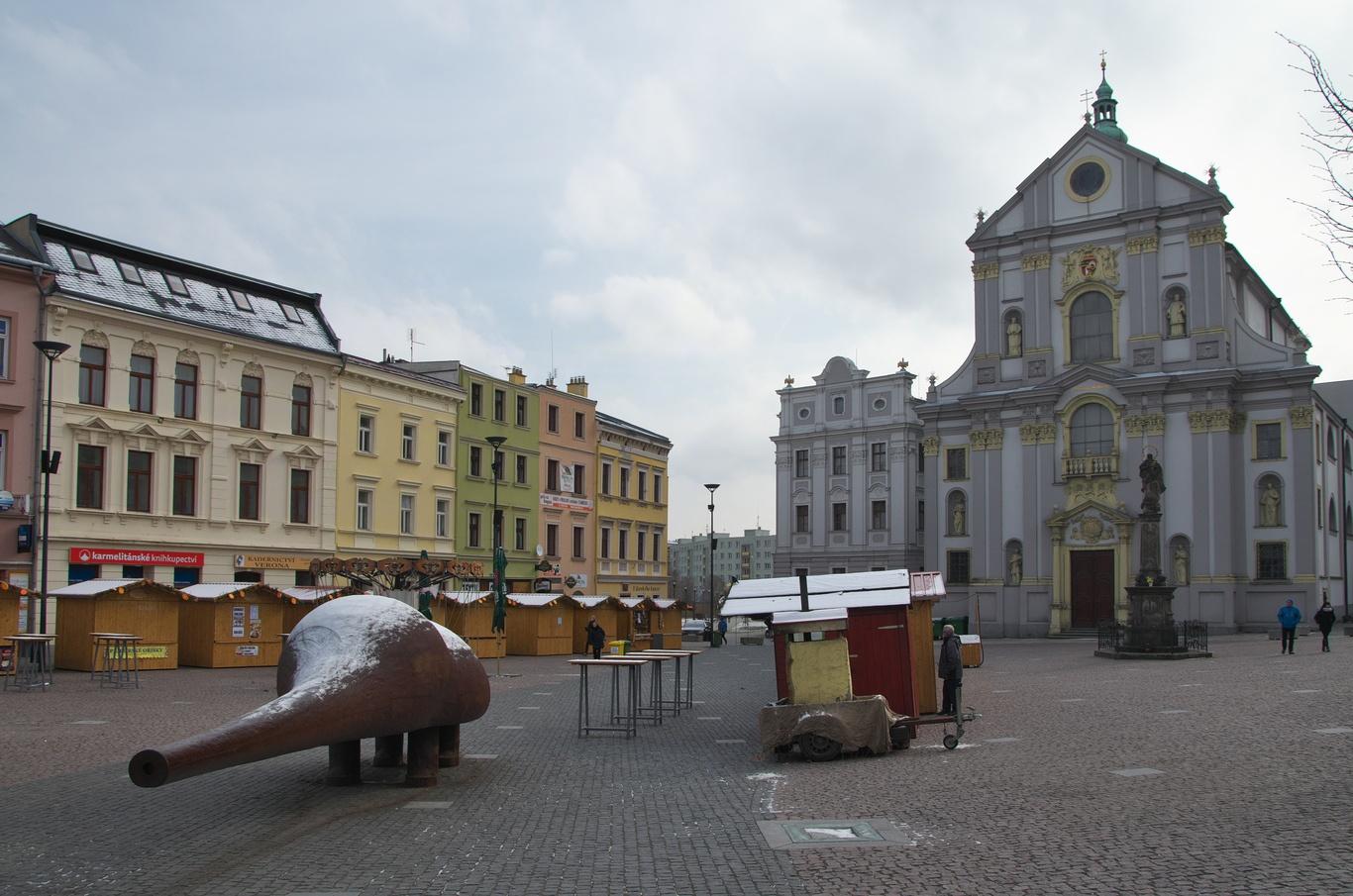 Dolní náměstí - socha Špion a kostel sv. Vojtěcha