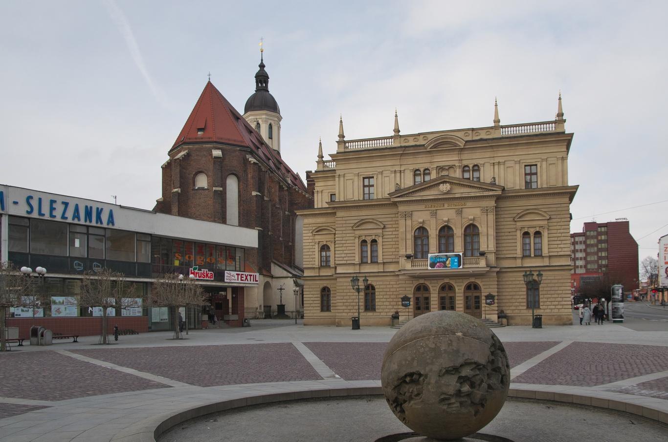 Horní náměstí - kašna Slunce a Slezské divadlo