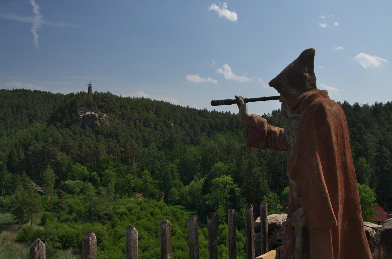 Skalní hrad Sloup, socha poustevníka