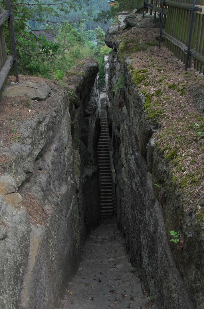 Skalní hrad Sloup - schodiště, které si zahrálo v pohádce S čerty nejsou žerty.