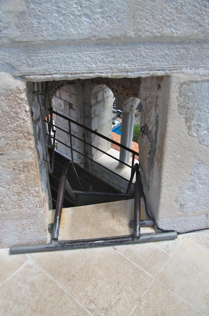 Vstup na vyhlídkový ochoz byl jen pro pružné jedince, otvor má na výšku tak metr.
