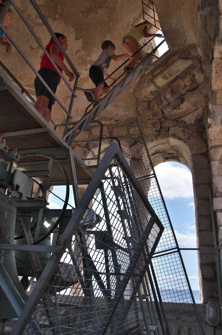 Dámy v sukních výběru svého outfitu litovaly, naopak pánové měli cestou na věž o zábavu postaráno.