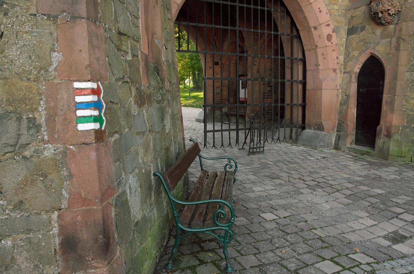 Hradec nad Moravicí, Červený zámek, vstupní brána