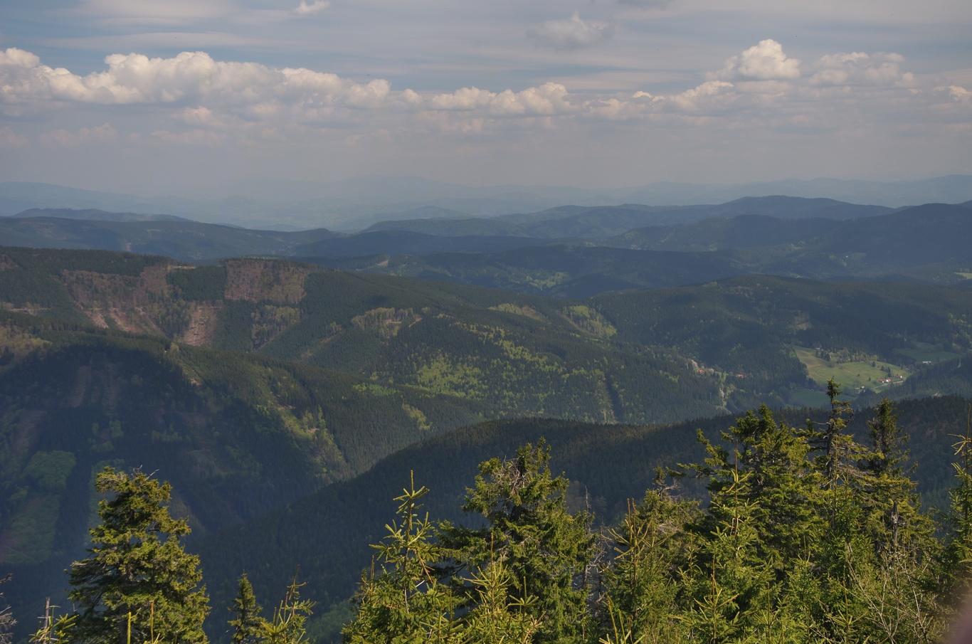 Pohled na východ, v dáli jsou tušit Vysoké Tatry